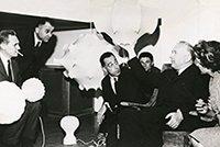 Achille und Pier Giacomo Castiglioni mit Marcel Breuer und der Lampe Taraxacum in dem Geschäft von Gavina in Mailand, 1962